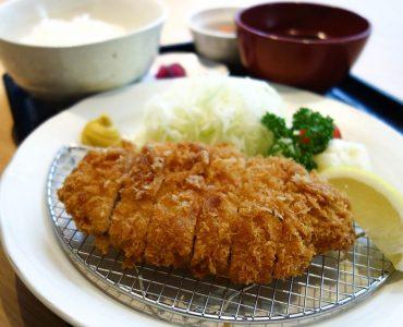 三元豚のロースかつ定食<br /> (ご飯・味噌汁・小鉢・漬物)<br /> 980円(税込)