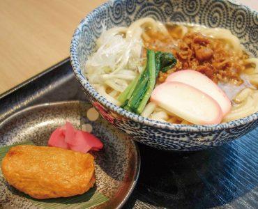 肉うどん定食<br /> (いなり寿司・漬物)<br /> 880円(税込)